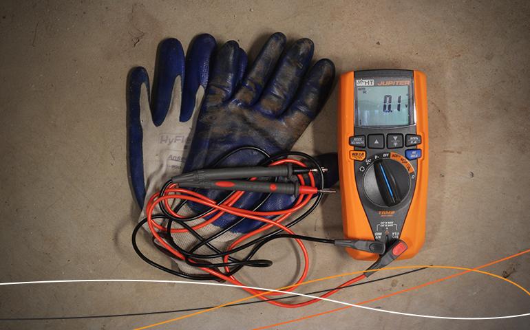Multímetro HT Instruments usado no Curso de energia solar FV da Amperi