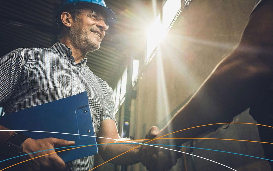 Engenheiro implantando eficiência energética na indústria